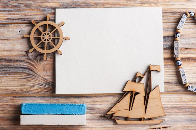 Carte vierge, bateau en bois et volant