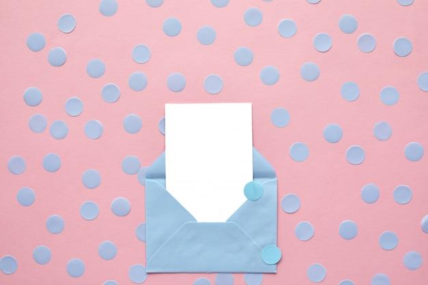 Carte vierge blanche dans l'enveloppe. maquette.