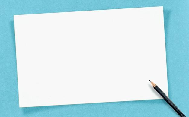 Carte vierge blanche vintage avec un crayon sur du papier craft, maquette pour votre texte