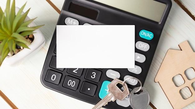 Carte vierge sur la calculatrice sur un fond en bois