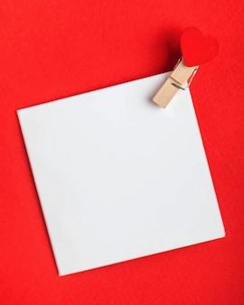 Carte vierge avec un coeur pour votre texte sur un fond rouge concept de la saint valentin