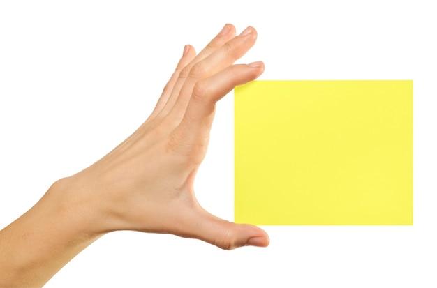 Carte vierge dans une main sur les baskgrounds blancs