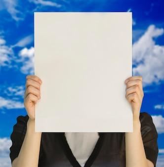 Une carte vierge dans une main sur le blanc