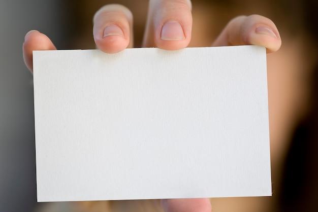Une carte vierge dans une main.