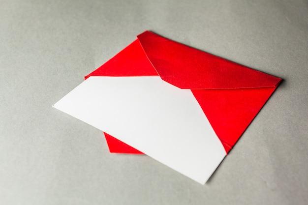 Carte vierge sur enveloppe rouge