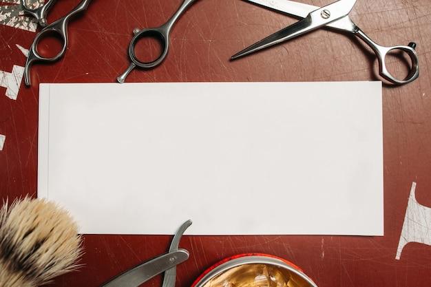 Carte vierge avec des outils de coiffeur sur table
