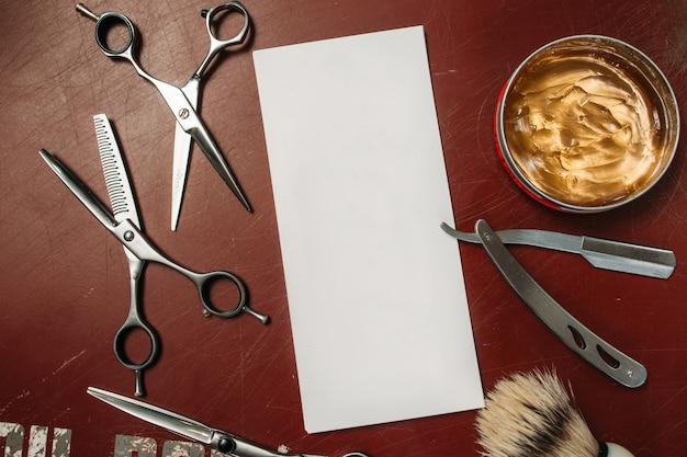 Carte vierge avec des outils de coiffeur