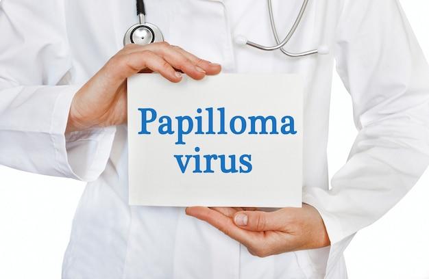 Carte de virus du papillome entre les mains du médecin