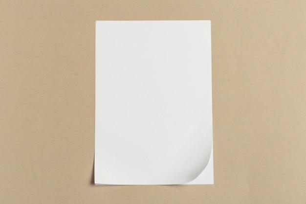 Carte de visite blanche sur une table en bois. portrait vierge a4.
