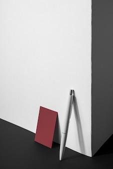 Carte de visite professionnelle de papeterie rouge et stylo