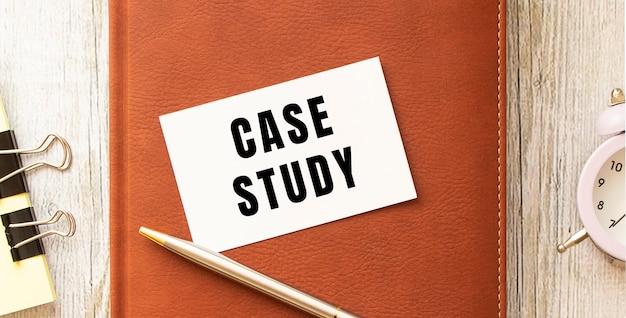 Carte de visite avec le texte de l'étude de cas sur une table en bois