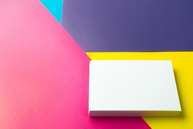Carte de visite vierge sur abstrait coloré.