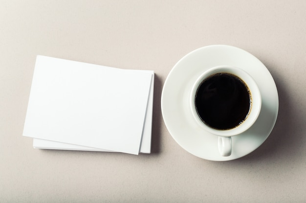 Carte de visite vierge avec une tasse de café