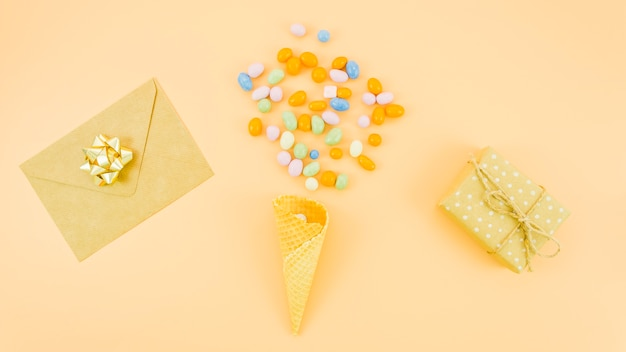 Carte de voeux d'anniversaire avec des confettis