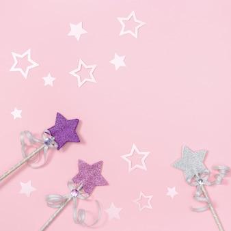 Carte de voeux d'anniversaire pour fille d'enfants, rose avec des étoiles pour invitation à une fête.