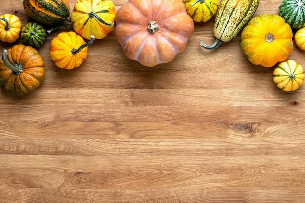 Carte de voeux d'automne ou arrière-plan avec un espace vide pour un dépliant d'automne de texte ou un modèle de bannière