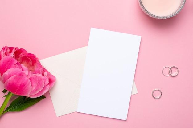 Carte de voeux avec une belle fleur de pivoine et des anneaux