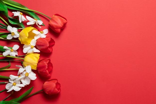 Carte de voeux bonne fête avec des fleurs de printemps.