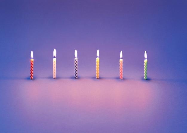 Carte de voeux de bougies allumées pour dessert sucré et gâteaux