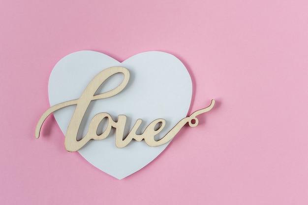 Carte de voeux avec coeur blanc et texte d'amour sur un rose