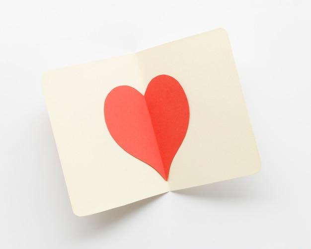 Carte de voeux avec coeur rouge à l'intérieur