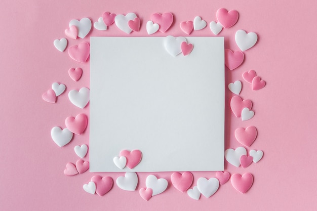 Carte de voeux avec coeurs roses et blancs