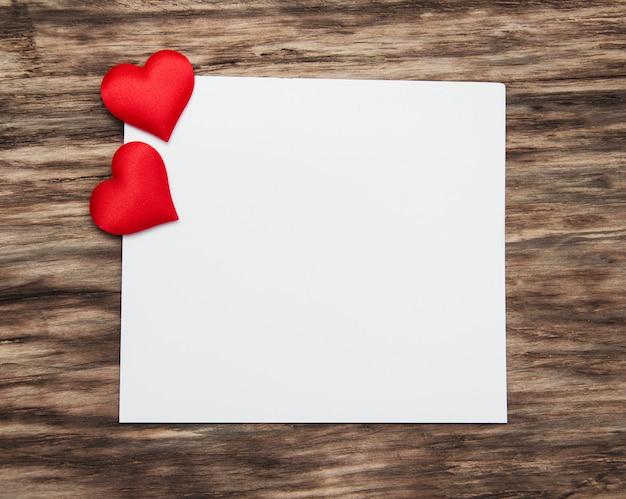 Carte de voeux avec des coeurs rouges