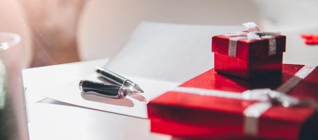 Carte de voeux et coffret cadeau sur la table de bureau