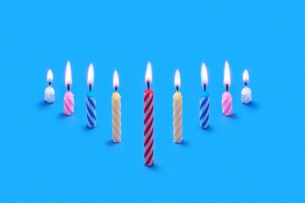 Carte de voeux de composition en perspective de brûler des bougies de fête pour des gâteaux et des desserts sucrés