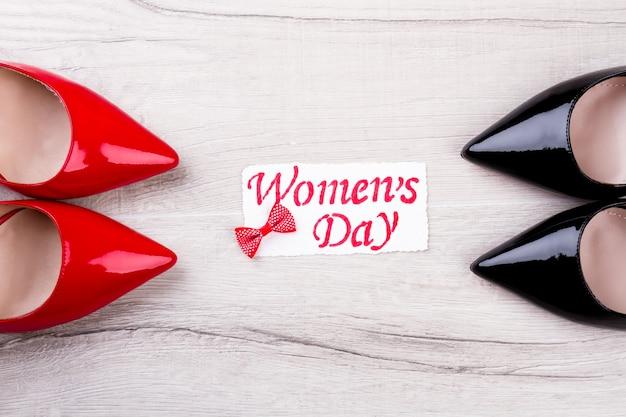 Carte de voeux dessinée pour la journée de la femme. carte de voeux et chaussures. cadeau pour les femmes élégantes. félicitations pour la journée de la femme.