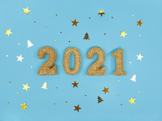 Carte de voeux du nouvel an 2021. figures dorées et confettis sur fond bleu.