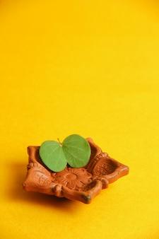 Carte de voeux dussehra, feuille verte et le riz