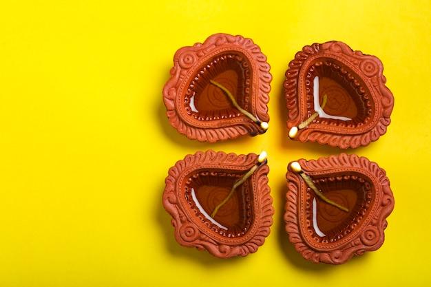 Carte de voeux happy diwali ou happy deepavali faite à l'aide d'une photographie de diya ou de lampe à huile
