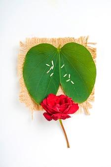 Carte de voeux happy dussehra, feuille d'apta verte et riz, festival indien dussehra