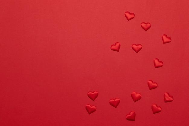 Carte de voeux de joyeuses fêtes avec forme de coeur sur rouge