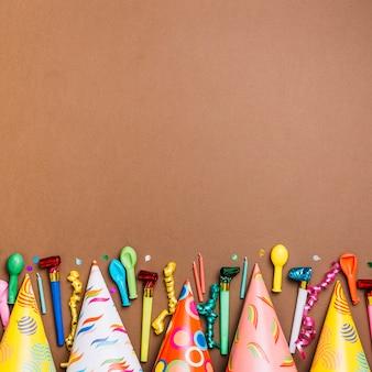 Carte de voeux de joyeux anniversaire avec des objets sur la carte brune