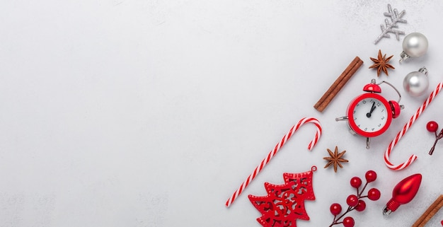 Carte de voeux joyeux noël et joyeuses fêtes, cadre, bannière avec réveil, ornements et cadeaux argentés et rouges. mise à plat, espace de copie - image