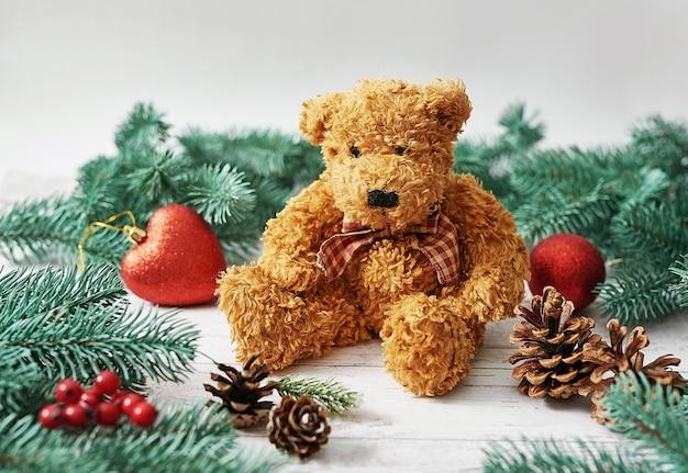 Carte de voeux joyeux noël ours en peluche. cadeaux, branches de sapin. cadeau de nouvel an de luxe. célébration de noël.