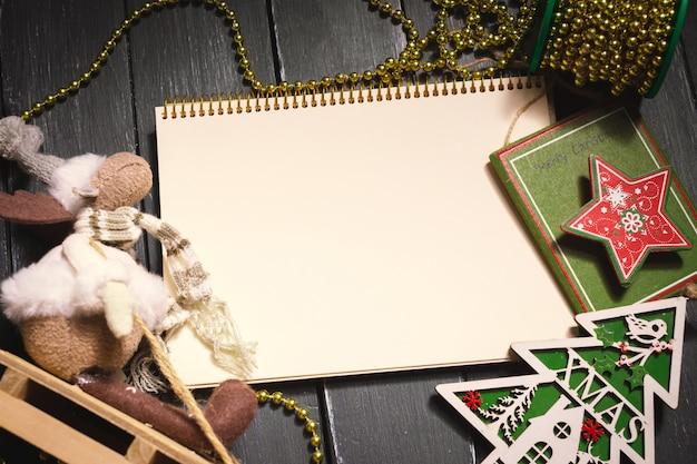 Carte de voeux maquette avec des ornements de noël