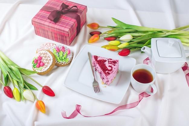 Carte de voeux mignonne avec tasse de café et tulipes
