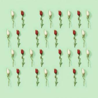 Carte de voeux motif créatif régulier à partir de fleurs blanches et rouges sèches naturelles eustoma