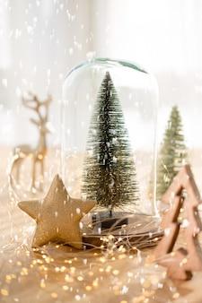 Carte de voeux de noël. branche d'arbre de noël sur fond de lumières bokeh doré scintillant. concept de nouvel an. copiez l'espace.