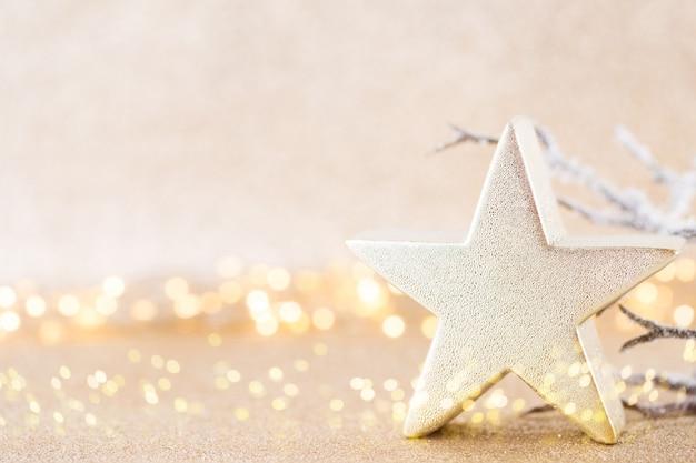 Carte de voeux de noël. décoration festive sur fond argenté bokex.