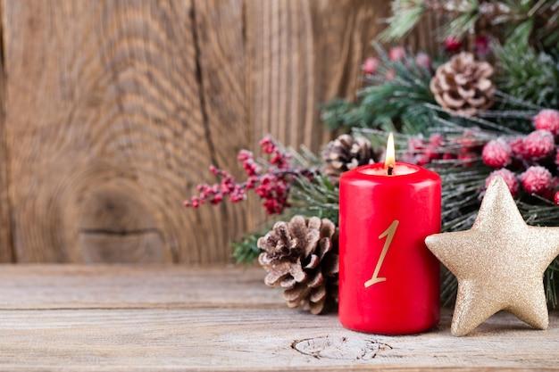 Carte de voeux de noël. décoration festive sur fond en bois. concept de nouvel an. copiez l'espace. mise à plat. vue de dessus.