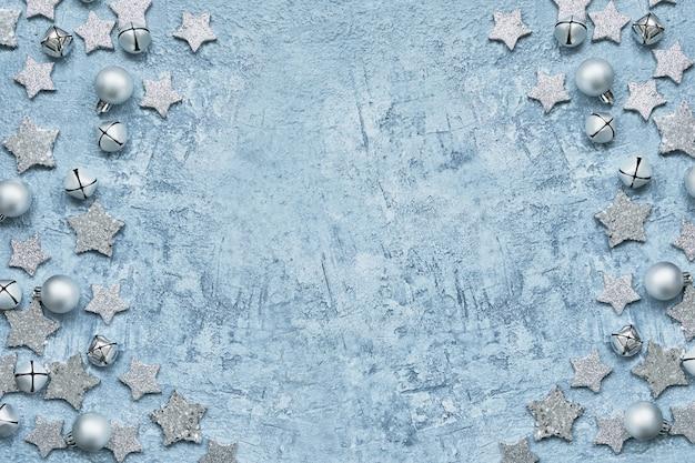 Carte de voeux de noël décoration de noël en argent sur bleu.