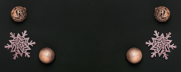 Carte de voeux de noël. décorations de noël dorées sur fond de papier noir.