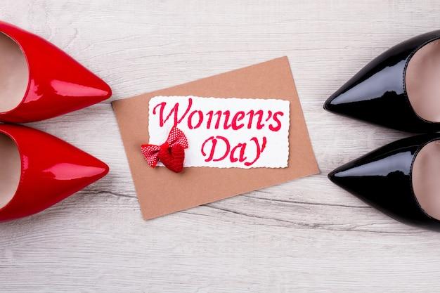 Carte de voeux, noeud papillon, coeur. carte de fête de la femme avec coeur. chaussures présentes et carte de voeux. souhaits d'amour.
