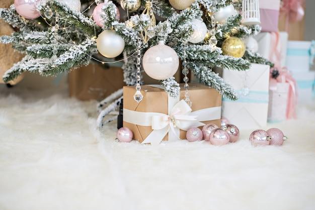 Carte de voeux de nouvel an. boîtes craf avec des cadeaux du père noël se trouvent sur blanc