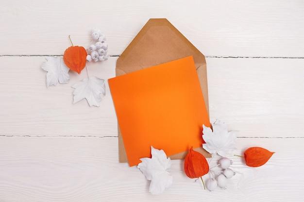 Carte de voeux orange feuille de papier et enveloppe pour thanksgiving day dans un style rustique avec un espace pour votre texte