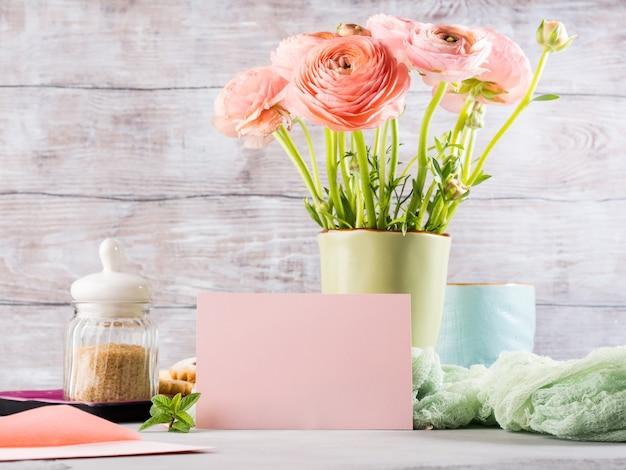 Carte de voeux en papier rose. petit déjeuner festif. saint valentin
